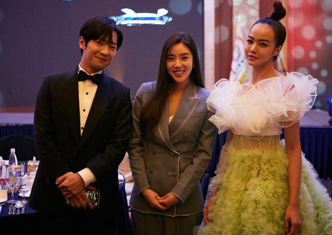 Nữ MC làm quen với nhiều nghệ sĩ xứ kim chi tại sự kiện diễn ra tối 11/12.