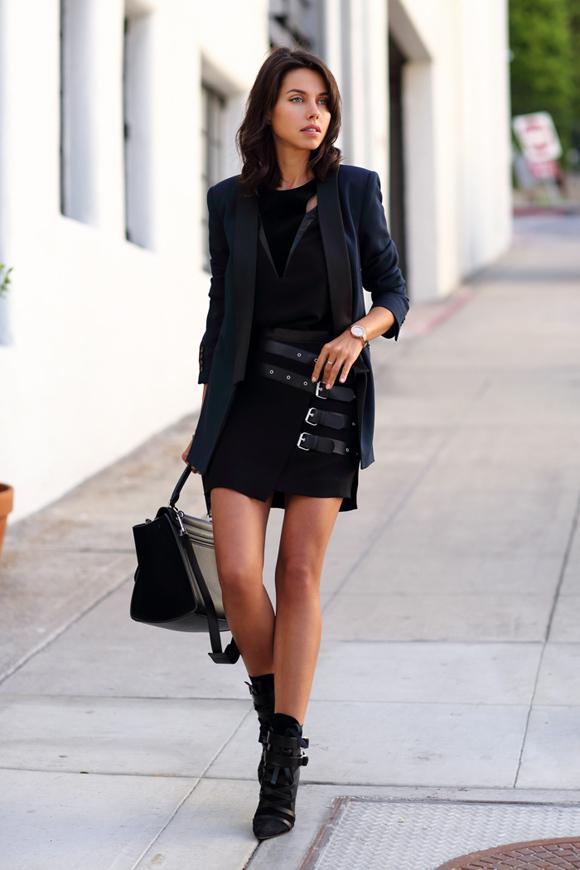 Gam đen áp dụng ton-sur-ton trên trang phục và phụ kiện với chất liệu phong phú nhưng hài hòa sẽ tạo nên style thời thượng, cá tính. Ngoài ra, cách diện nguyên cây đồng màu cũng khiến bạn trông cao hơn.