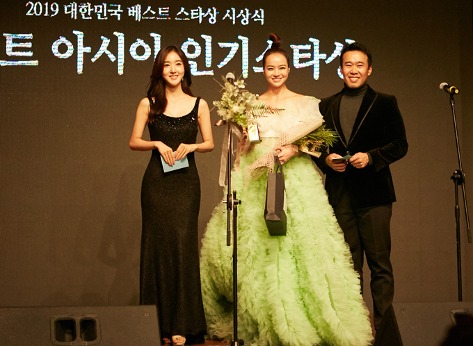 Kiều Ngân lên sân khấu nhận giải thưởng Asia Popular Prize. Cô được vinh danh nhờ hoạt động hiệuquả ở nhiều lĩnh vực nghệ thuật như điện ảnh, thời trang, dẫn chương trình. Kiều Ngân đã đóng các phim Vợ ơi, em ở đâu, Hợp đồng mãnh thú, lọt top 5 New Face 2013 (cuộc thi tìm kiếm người mẫu châu Á tổ chức ở Hàn Quốc), đoạt giải Miss Globe Vietnam 2015 tại Mỹ và gần nhất là giải Én vàng 2017.