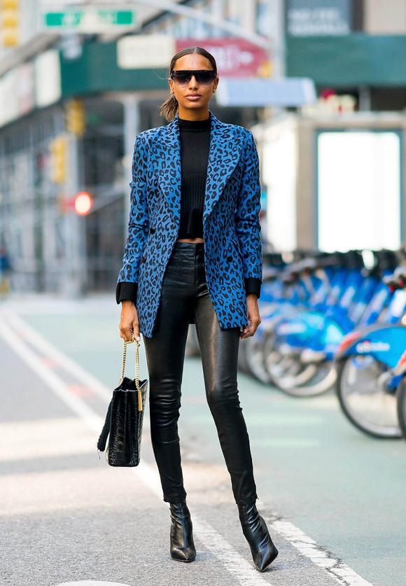 Với trang phục và phụ kiện mang một gam màu chủ đạo thì áo khoác hay blazer họa tiết sẽ thắp sáng vẻ ngoài.