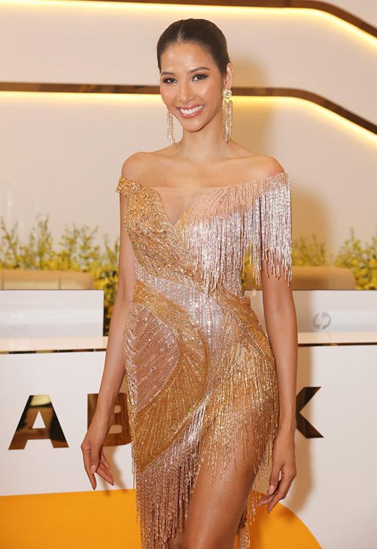 Hoàng Thuỳ mới trở về sau hành trình chinh chiến tại Miss Universe. Cô gây chú ý với trang phục tua rua ngắn và xuyên thấu.