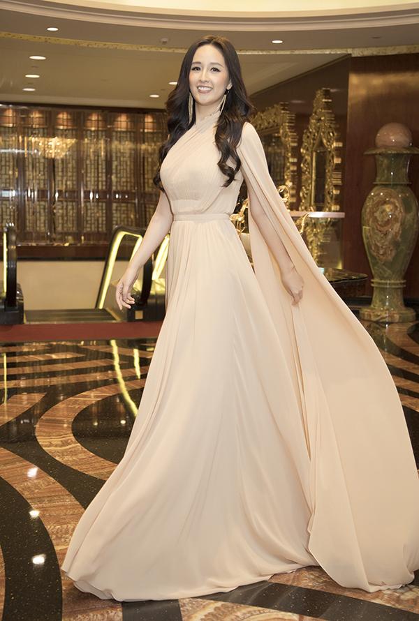 Chiếc váy khiến Mai Phương Thuý trông thướt tha hơn khi thả dáng tại khách sạn 6 sao nổi tiếng xa hoa ở Sài Gòn.