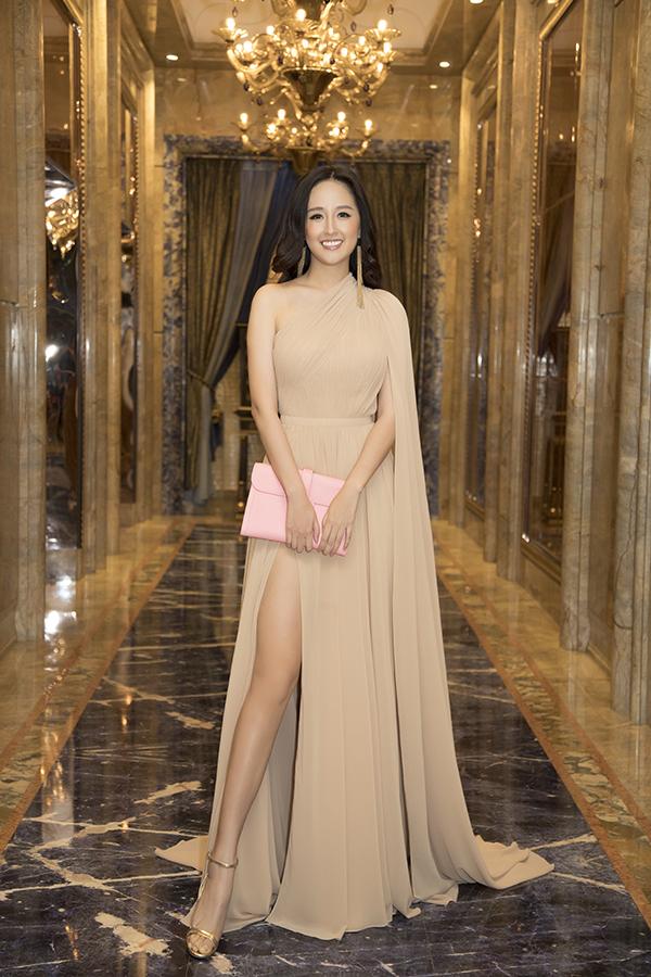 Thiết kế xẻ đùi cao giúp cô khoe lợi thế chân dài. Mai Phương Thuý là một trong những người đẹp có chiều cao nổi trội nhất showbiz Việt.