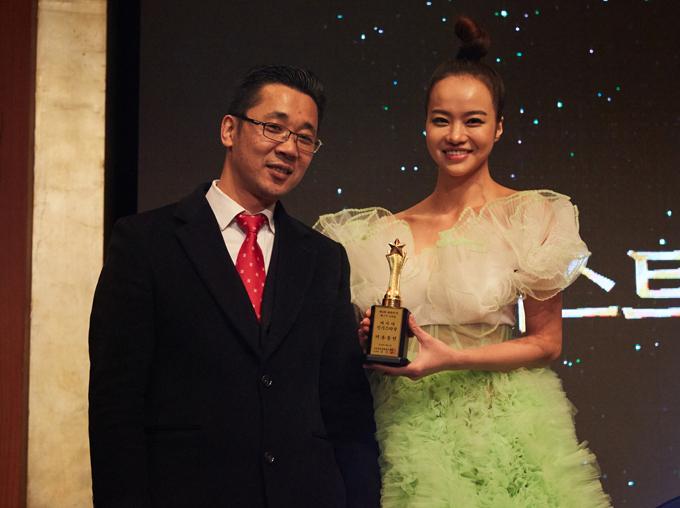 [Caption]  Tại sự kiện, Kiều Ngân được gặp và trò chuyện cùng các nhà làm phim đến từ Hàn Quốc và các nước trong khu vực châu Á.   Giải thưởng Ngôi sao xuất sắc nhất Hàn Quốc (Korea Best Star Awards) là sự kiện thường niên, được tổ chức hàng năm kể từ năm 2012 và là một trong những giải thưởng uy tín tại Hàn Quốc. Ngoài tôn vinh những người có đóng góp tích cực cho ngành điện ảnh Hàn, Korea Best Star Awards còn tạo cầu nối và vinh danh các diễn viên, ngôi sao đến từ nhiều nước trong khu vực cho hạng mục Diễn viên nước ngoài nổi bật.