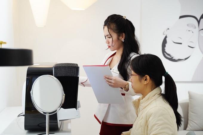 Khách hàng được phân tích về da một cách chi tiết bằng máy đo dahiện đại.