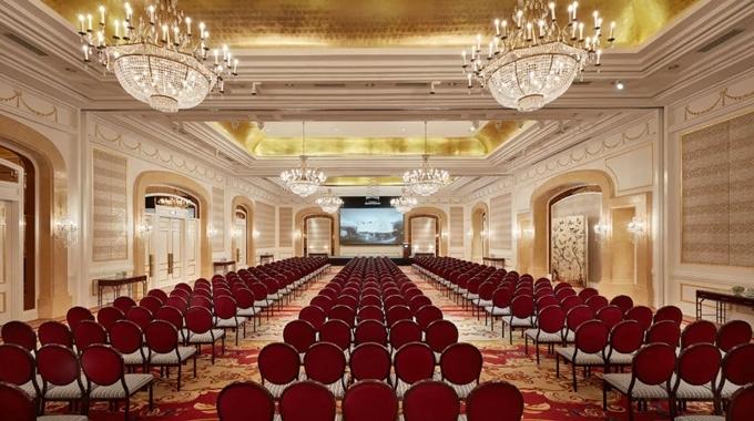 Phòng họp lớn, nhỏgồm phòng  Ballroom không cột rộng 550 m2, nămphòng Drawing Room kết nối, The study tại tầng lửng...