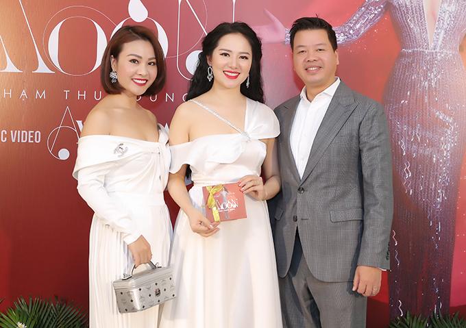 Bà xã Kim Xuyến thường xuyên đồng hành với Đăng Dương trong các sự kiện. Từng là ca sĩ nhưng chị chấp nhận từ bỏ sự nghiệp, lui về hậu trường để hỗ trợ chồng phát triển đam mê ca hát.