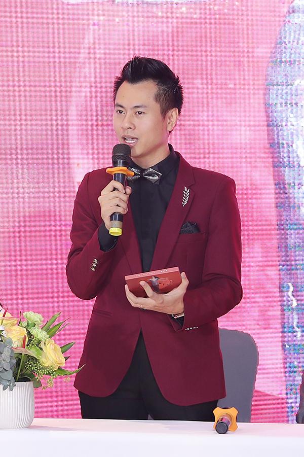 Nhạc sĩ Dương Cầm đảm nhận vai trò giám đốc âm nhạc của album Moon. Anh mất hai năm để cùng nữ ca sĩ dây dựng ý tưởng và thực hiện sản phẩm này.