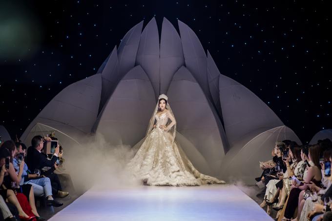 Bộ ảnh được thực hiện bởi trang phục: Joli Poli, trang sức: Diamond Rose, nhiếp ảnh: Linh Le Chi.
