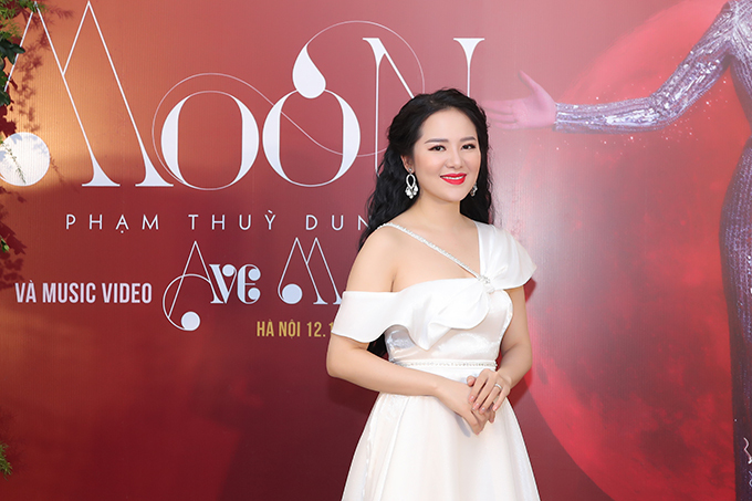 Phạm Thuỳ Dung sinh năm 1989, theo đuổi dòng nhạc thính phòng và có nhiều năm học tập tại Học viện Âm nhạc Quốc gia Việt Nam. Cô từng đoạt giải Á quân cuộc thi Sao Mai dòng nhạc thính phòng. Nữ ca sĩ tổ chức liveshow riêng hồi tháng 9 và ra MV Tôi nhìn theo cánh chim bay hồi tháng 6/2019.