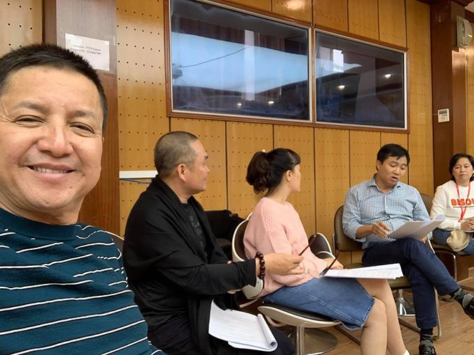 Nghệ sĩ Chí Trung đăng ảnh tập kịch chuẩn bị cho chương trình cuối năm cùng Vân Dung, Xuân Hinh, đạo diễn Đỗ Thanh Hải.