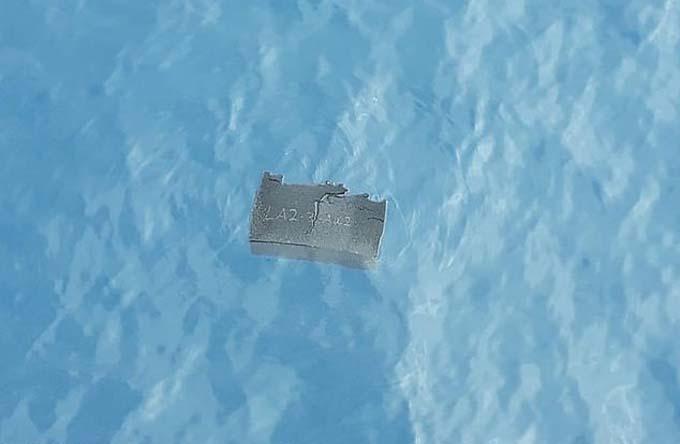 Một mảnh vỡ của chiếc C-130 Hercules được tìm thấy trên biển Drake hôm 11/12. Ảnh: Reuters.