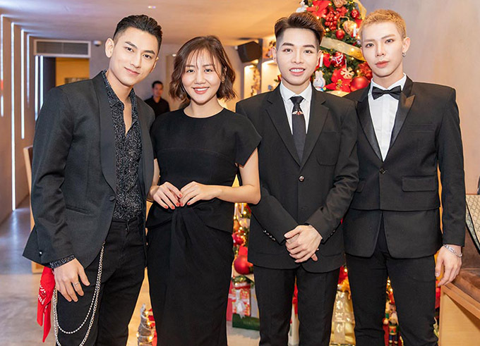 Văn Mai Hương chụp ảnh kỷ niệm cùng bạn bè trong buổi tiệc.