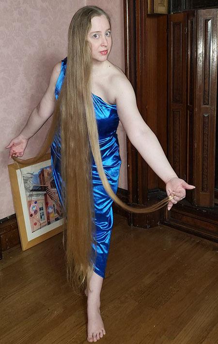 Tự nhận mình là April Rapunzel, người phụ nữ có chiều cao 1,67 m nhưng sở hữu mái tóc dài chấm gót chân, hiện nổi tiếng trên mạng xã hội với tài khoản cá nhân có 9.000 người theo dõi, nơi cô chăm chỉ chia sẻ những bức ảnh chụp mái tóc dài mượt óng ả.