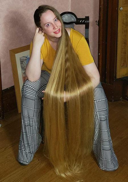 Bà mẹ này cho hay lúc nhỏ, cô từng rất hâm mộ ca sĩ nhạc đồng quê Crystal Gayle, người cũng có mái tóc dài chạm đất. Vì thế cô không muốn cắt ngắn tóc, thay vào đó cứ để cho nó ngày càng dài ra.   Hồi bé tóc tôi mọc chậm và trông như bị hói, và đó là thời điểm tóc tôi ngắn nhất. Tôi từng luôn nói muốn có mái tóc dài như của Crystal Gayle và hiện tại đã gần đạt được như thế, April chia sẻ.