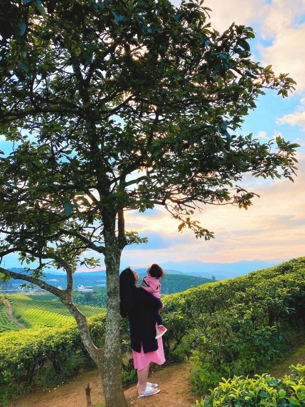 Hai mẹ con diện đồ ton-sur-ton chụp ảnh kỷ niệm ở đồi chè.