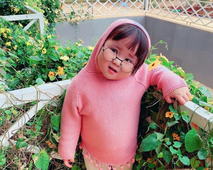 Mới đây, bộ ảnh lần đầu du lịch Đà Lạt của cô bé Tuệ Mẫn khiến nhiều người tan chảy vì độ đáng yêu. Dù mới 2 tuổi nhưng bé rất chịu khó vi vu khắp nơi cùng bố mẹ, đến thăm nhiều điểm nổi tiếng của thành phố sương mù.