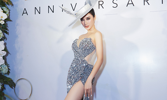 Angela Phương Trinh mặc váy xẻ cao