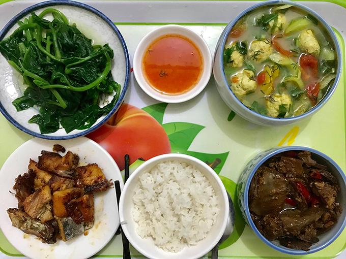 Từ khi rẽhướng sang công việc mới, Trang có nhiều thời gian chăm chút hơn cho từng bữa cơm. Tôi nghĩ độ tươi của thực phẩm sẽ quyết định 70% chất lượng, mùi vị của món ăn, vì thế tôi thường đi chợ sớm,chọn lựa thực phẩm từ những nơi bán hàng uy tín, có nguồn gốc rõ ràng, Trang kể.