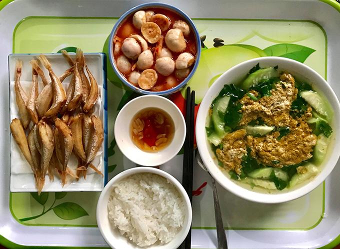 Các bữa cơm của Trang thường có canh cua - món tủ của cô, giúp đưa cơm.