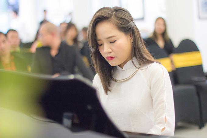 Đinh Hoài Xuân từng là thủ khoa Violoncello Học viện Âm nhạc Huế 2005. Cô tốt nghiệp xuất sắc Thạc sĩ biểu diễn Violoncello tại Học viện Âm nhạc Việt Nam năm 2012 và dành được học bổng kép bậc Tiến sĩ của Chính phủ Việt Nam và Rumani cho chuyên ngành biểu diễn Cello tại ĐH âm nhạc quốc gia Bucharest. Đinh Hoài Xuân là người sáng lập hòa nhạc Cello Fundamento từng tổ chức 3 lần tại Việt Nam.