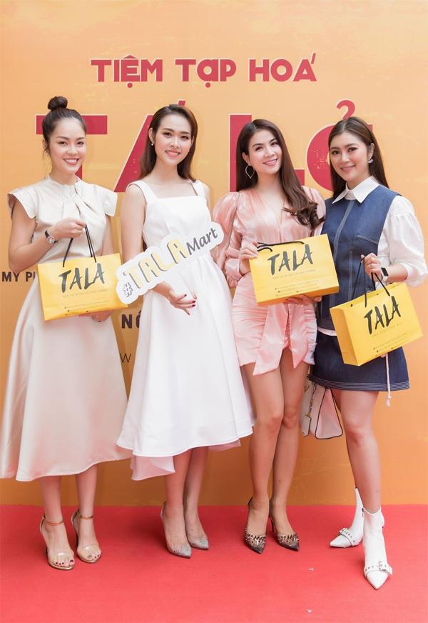 Thanh Trúc, Kha Ly, Dương Cẩm Lynh thích thú với trải nghiệm mua sắm tại cửa hàng.