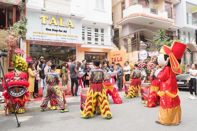 Đội trống lân có màn biểu diễn sôi nổi tại tiệc khai trương của hàng của Diệp Bảo Ngọc.