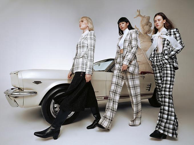 Trên nền các chất liệu vải cao cấp đặc trưng của nhà mốt như tweed, organza hay lụa và nhung, nhà thiết kế Công Trí khéo léo sáng tạo và kết hợp các mẫu trang phục khác nhau.