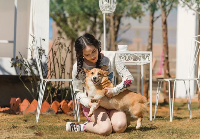 Cô hồn nhiên chơi đùa cùng chú chó cưng. Người đẹp tiết lộ trong resort cô nuôi cả gà và trồng nhiều loại rau, hoa, cây ăn trái.