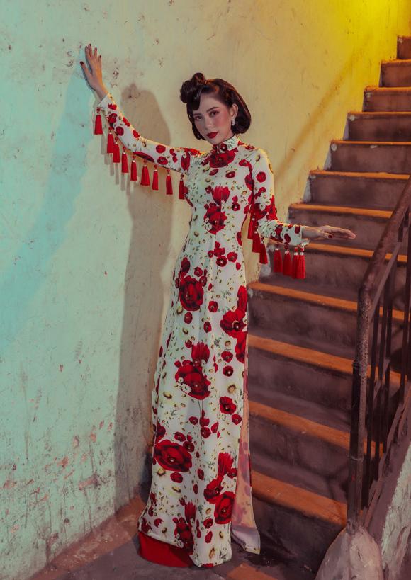 Loạt thiết kế gồm những chiếc áo dài mang dáng dấp cổ xưa được thể hiện bởi dàn diễn viên Diệp Bảo Ngọc, Trần Thùy Trang, Nguyễn Thùy Dương, Nguyễn Ngọc Nữ, hoa khôi Hoàng Bích Hạnh, Hoàng Ngân và hoa hậu Huỳnh Vy.