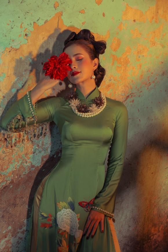 Nhan sắc xinh đẹp của các người mẫu, lối trang điểm retro cùng bối cảnh bình dị vẽ nên bức tranh đậm chất Sài Gòn xưa, đúng như tinh thần mà NTK Đức Vincie muốn truyền tải qua Ngọc Viễn Đông.