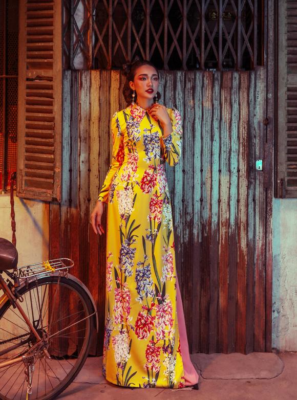 Nhà thiết kế cho biết phụ nữ Sài Gòn ngày ấy chuộng cách chải tóc bồng, uốn xoăn phi dê, ngắn ngang vai hay buông dài sau lưng... Trong số đó, kiểu tóc đánh phồng và búi gọn gắn liền với các quý cô, thường được chọn trong những dịp xuất hiện trên thảm đỏ, giúp chủ nhân trông cao và sang trọng hơn, đồng thời khoe khéo chiếc cổ đẹp và để lộ ra bông tai, vòng cổ.