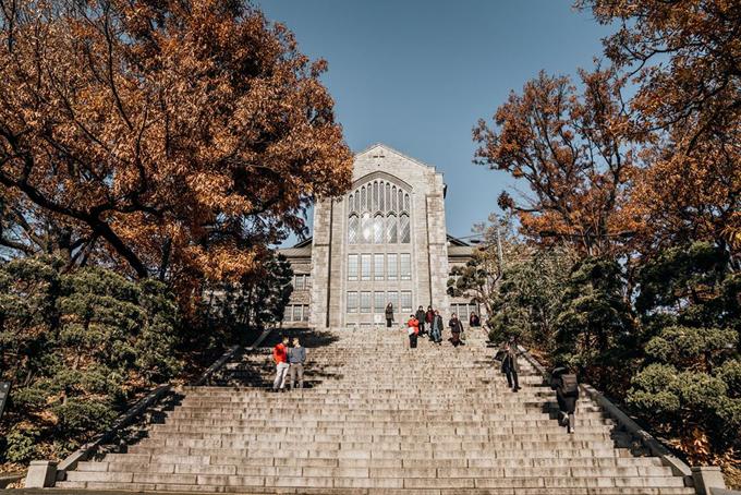 Không chỉ ghé thăm các cung điện, điểm du lịch hot mà hai người còn tìm tòi tới các ngôi trường đại học nổi tiếng như Ewha, Yonsei... Tuy vẫn là trường học nhưng những cơ sở này cũng mở cửa cho khách du lịch và rất nổi tiếng. Adrian mê mẩn và ước giá mà được quay lại thời sinh viên và học trong trong ngôi trường cổ tích.