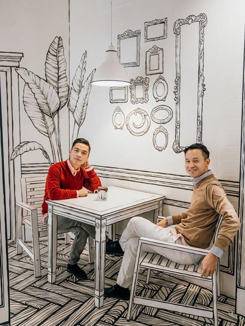 Nhà thiết kế bắt trend rất nhanh khi tìm đến quán cà phê 2D nổi đình nổi đám trên Instagram. Trước khi tới, Adrian nghĩ quán rất rộng nhưng tới nơi khá bất ngờ vì quán nhỏ và rất đông, phải đợi khá lâu mới có những tấm ảnh sống ảo.