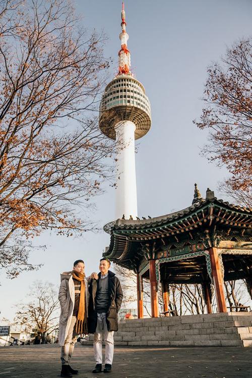 Tháp Namsan là một trong những địa điểm cuối cùng của chuyến hành trình. Adrian Anh Tuấn và Sơn Đoàn đã có một buổi chiều ngắm hoàng hôn tuyệt đẹp trên đỉnh núi. Tuy nhiên, anh cảnh báo rằng khu vực này rất đông. Trên đỉnh núi là khu phức hợp ngập tràn khách du lịch nên hai người phảiđi bộ xuống lưng chừng đồi để ngắm cảnh và hòa mình vào thiên nhiên.