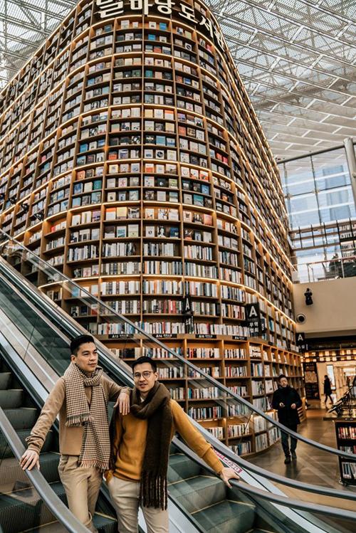 Ngày cuối cùng, trước khi có chuyến bay lúc 17h, hai người vẫn tranh thủ check in thư viện khổng lồ  nổi tiếng ở Seoul mang tên Starfield trong khu COEX Mall -trung tâm mua sắm dưới lòng đất lớn nhất châu Á.
