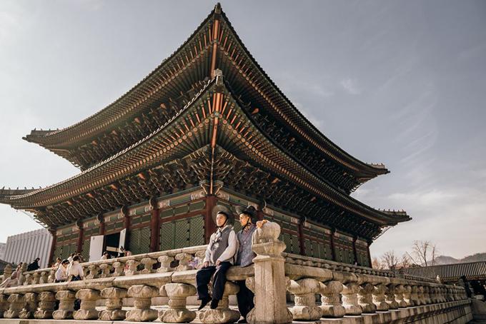 Luôn bận rộn với những chuyến đi, cặp đôi Adrian Anh Tuấn và Sơn Đoàn vừa có một kỳ nghỉ lãng mạn ở Seoul (Hàn Quốc) tận hưởng những ngày cuối thu tuyệt đẹp. Đã đi du lịch rất nhiều nơi nhưng đây lànhà thiết kế và bạn đời chưa từng đặt chân đến thành phố này nên chuẩn bị khá kỹ càng. Adrian cho biết: Vì là lần đầu tiên đến Seoul nên tụi mình cũng nghiên cứu và lên kế hoạch những chỗ muốn đi trước, và đi hết những địa điểm du lịch cần phải đến khi đến một thành phố mới để lần sau có qua thì chỉ đi ăn uống cafe thôi chứ không phải quay lại đây nữa.