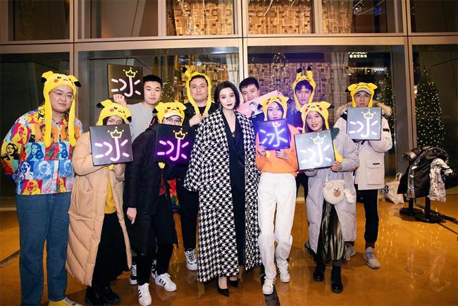 Sau khi tham gia lễ trao giải, Băng Băng nán lại chụp hình với mọi người.