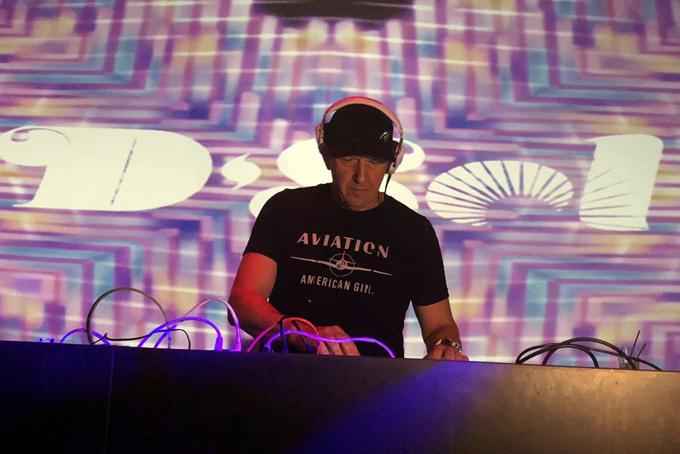 David Solomon làm DJ tại câu lạc bộ đêmSchimanski ở phố Brooklyn, thành phố New York. Ảnh: CNBC.