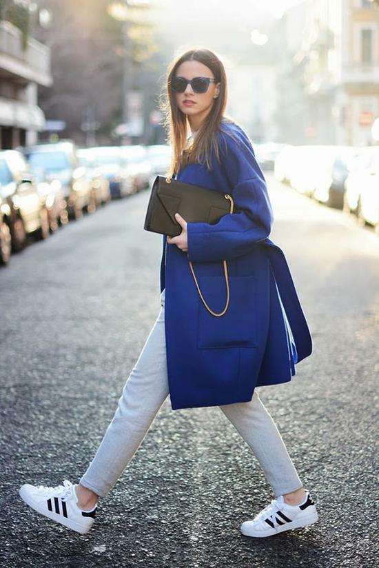 Nếu thích an toàn khi chơi màu hợp mốt, chị em công sở có thể chọn các mẫu áo khoác màu bắt mắt để mix cùng các mẫu áo quần màu trung tính như trắng, xám, ghi.