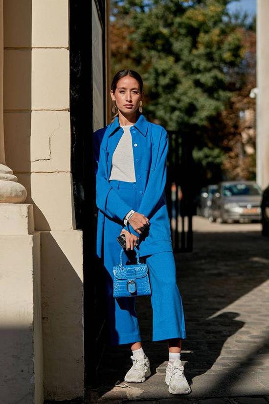 Sắc xanh da trời rất dễ sử dụng, nó không rực rỡ như tông vàng, kích thích thị giác như gam đỏ nhưng đủ làm người mặc nổi bật.