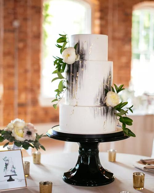 Đầu bếp làm tròn vị bánh bằng việc thêm bạc hà vào chocolate, tạo hình bằng những vệt màu đen ánh kim, nâng giá trị thẩm mỹ, đưa tác phẩm bánh cưới trở nên hiện đại hơn.