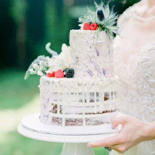 Chiếc bánh nake cake bất đối xứng mang vị hơi đắng của trà, bơ mật ong. Bánh được phủ kem nhỏ giọt theo xu hướng bánh cưới hiện đại.