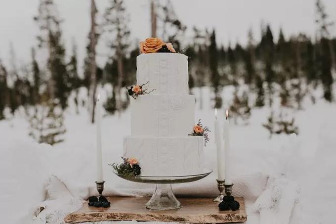 Chiếc bánh được làm theo hương vị truyền thống với kem bơ, tạo hình với hoa văn sọc và tô điểm bởi hoa tươi,gợi nhắc về không khí lễ hội cuối năm.