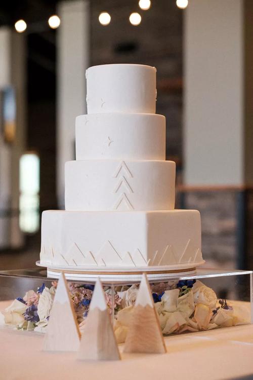 Bánh có vị chocolate, bạc hà và bơ vani. Đầu bếp không chọn lựa khối trụ tròn cho tầng bánh ở đáy mà biến tấu với hình chữ nhật. Họa tiết trên mặt bánh là hình thoi, tam giác và hình khối 2D của những rặng núi.
