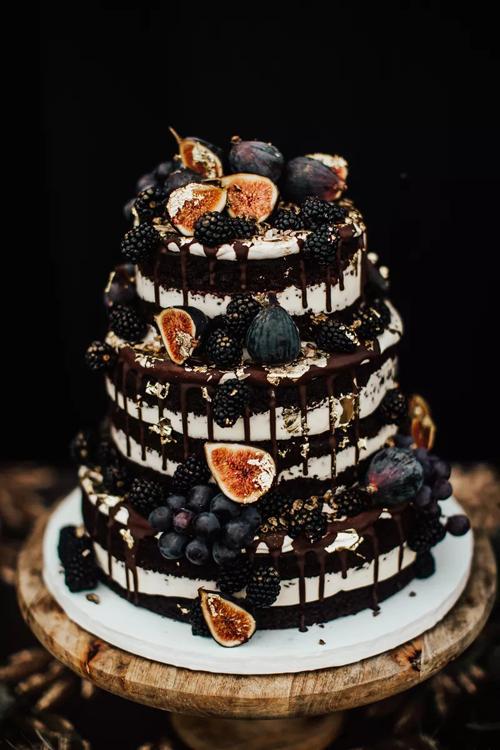 Bánh chocolate màu đen được phủ kembên ngoài sẽ làm xiêu lòng các thực khách. Đầu bếp kết hợp thêm mứt quả mâm xôi để đem đến hương vị tươi mát của mùa hè, xua bớt giá lạnh ngày đông. Bánh đi theo xu hướng nake cake với rất it kem tươi phủ phía bên ngoài.
