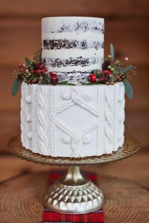 Bánh naked cake được làm từ quả lê và kem bơ vani. Mẫu bánh có hai tầng với tầng thứ hai được trang trí họa tiết dây thừng tạo điểm nhấn. Các loại quả dại, lá cây góp phần giúp chiếc bánh thêm sinh động.