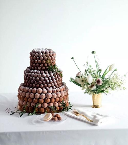 Với người chuộng sự ngọt ngào của chocolate, chiếc bánh này là gợi ý dành cho bạn. Mẫu bánh được lấp đầy bởi chocolate viênchứa bơ moca, được trang trí bởiđôi chút bột đường tạo hiệu ứng tuyết phủ.