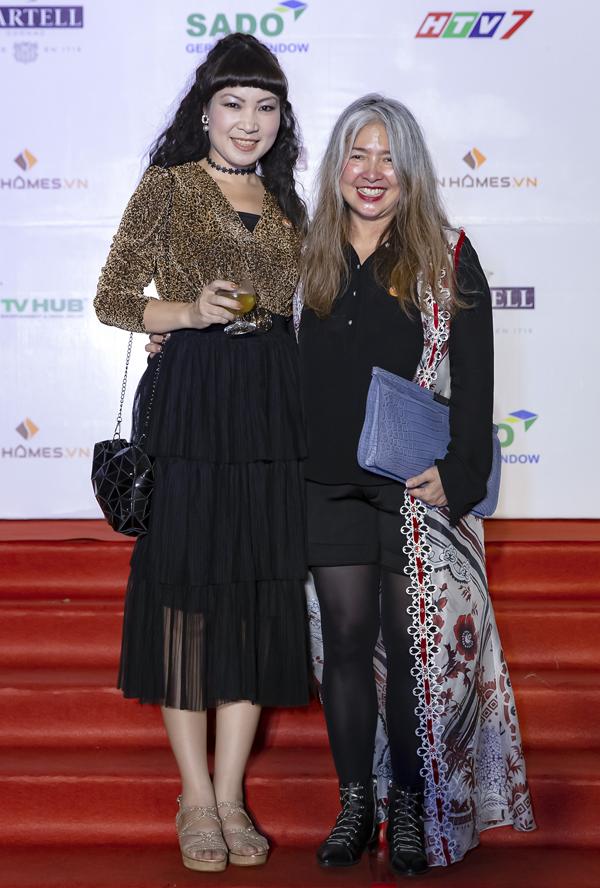 Một nghệ sĩ đặc biệt khác đã góp phần làm nên thành công của Top Chef gala dinner là nhà thiết kế Mai Lâm (trái). Cô đem đến những tác phẩm nghệ thuật được trang trí hài hòa trong khu vườn của tòa Lãnh sự quán Pháp. Đó là những tác phẩm tranh thêu trong bộ sưu tập mang chủ đề Vườn Mai do Mai Lâm thực hiện.