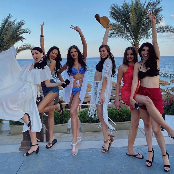 Người đẹp Hungary (mặc bikini xanh) khoe dáng bên các thí sinh tại resort ở Ai Cập.